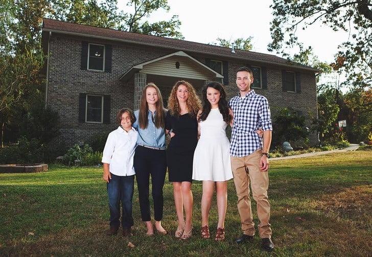 Самотня мама чотирьох дітей побудувала будинок своєї мрії з уроків на YouTube