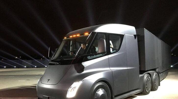 Автономні вантажівки Tesla допоможуть Ілону Маску нажити ворогів серед залізничників