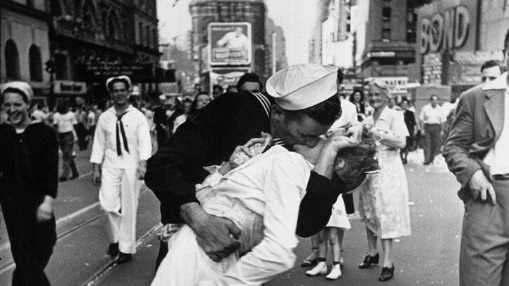 35 рідкісних фото кохання під час війни