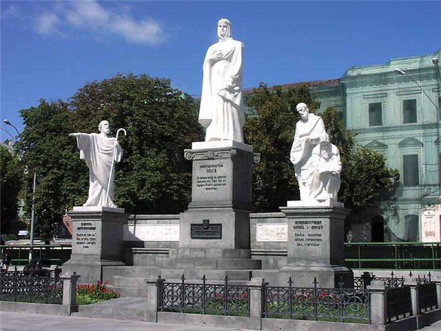 На Софійській площі відмили пам'ятники княгині Ользі, апостолу Андрію, Кирилу і Мефодію