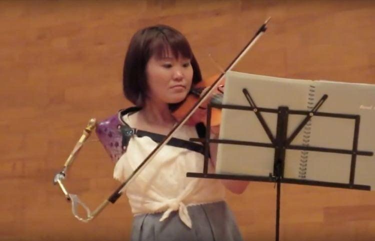 Манамі Іто грає протезом на скрипці так, що дух захоплює