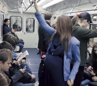 Жінка з великим животом у громадському транспорті: як все відбувається насправді