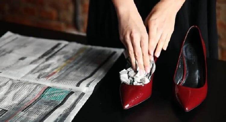 e11ce580903d4e Після витягніть набряклі шматки (найкраще підійдуть старі газети) паперу і  викиньте, а взуття стане на половину розміру більше.