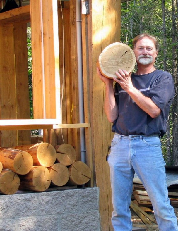 Чоловік і дружина нарізали кільця з дров. Тепер їх ремонту заздрять всі
