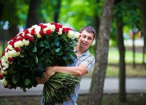 Виїжджаю з двору і бачу таку картину: біжить хлопець, в руках оберемок червоних троянд