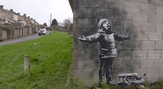 В Уельсі з'явилася робота Бенксі з хлопчиком і сніжинками. Але сенс змінюється, якщо подивитися на це за рогом