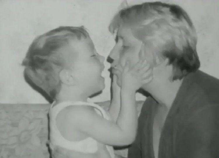 Пам'ятаєте 8-річного хлопчика, який сам доглядав хвору маму? Сьогодні йому вже 23 роки!
