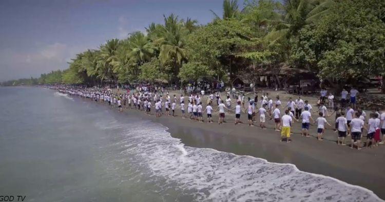 Тисячі людей взялися за руки і пройшли обряд хрещення на Філіппінах. Ось відео