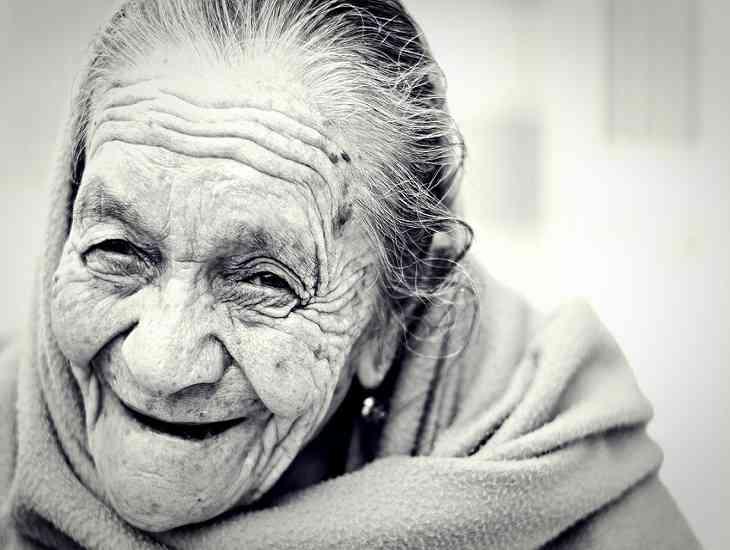 Вчені з'ясували, чому жінки старіють швидше за чоловіків