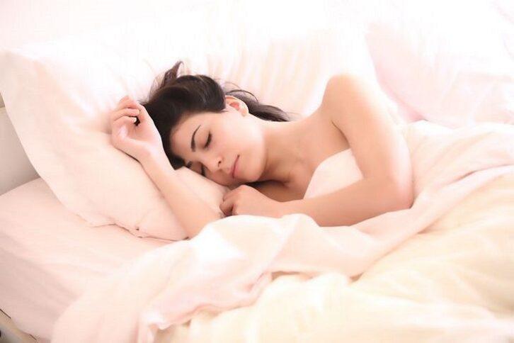 Сомнолог з'ясував, скільки потрібно спати для щастя